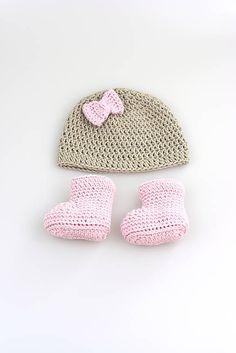 12530909ea78d Čiapka a čižmičky pre novorodenca sú ručne háčkované z prírodného materiálu  - z kvalitnej béžovej a