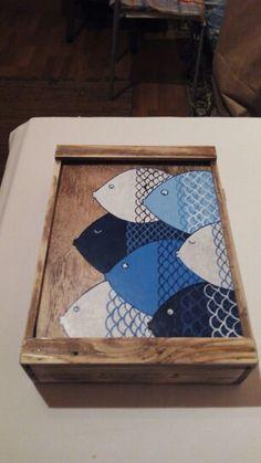 Caja de pescado pintada a mano y hecha con restos de palets. De venta en Dorna (Laxe).