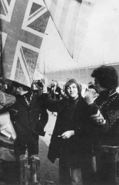 Jimi Hendrix on March 1967 in Paris, France at flee market. Mitch Mitchell, Band Of Gypsys, Jimi Hendrix Experience, Psychedelic Music, Peace And Love, My Friend, Cool Photos, Blues, Concert