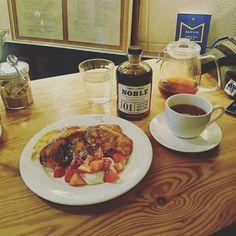 今日のおやつ★    鎌倉のマガリへ~  フレンチトーストとっても美味しかった~~😋💕  メープルシロップもバーボンの樽で熟成してるとかでバーボン風味  これもまた美味しい🎵    #マガリ#鎌倉#鎌倉御成#鎌倉散歩#カフェ#紅茶#フレンチトースト#メープルシロップ#ノーブルメープルシロップ#トニック01#バーボン#magali#kamakura#cafe#tea#frenchtoast#noblehandcrafted#nobletonic#nobletonic01#tuthilltownbourbon#maplesyrup