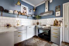 Esta cocina nórdica de color azul no tiene nada de minimalista o sencilla, los detalles dorados le dan el toque de glamour necesario para convertirse en una cocina con un estilo a caballo entre est…