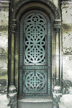 Porte de caveau by ferlosio, via Flickr