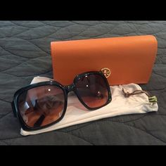 Tory Burch black sunglasses Brand new, never worn Tory Burch black round sunglasses. Comes with cleaning cloth/bag and carrying case. Great deal! Tory Burch Accessories Sunglasses