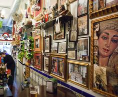 Las Merchanas #Malaga - Er komen vooral veel Malagueños bij deze tapasbar. De bar ligt een beetje achteraf vlakbij de Martires kerk. Lekkere tapas voor een vriendelijke prijs. Wat deze tapsbar speciaal maakt is de inrichting. Deze is geheel in Semana Santa sfeer. In de bar kun je ondermeer tv beelden zien van de processies die tijdens de Heilige week in Malaga plaatsvinden. Probeer de croquetas de la abuela!