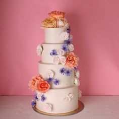diese Hochzeitstorte ist super köstlich, veganen und bio, von I AM Delicious. Romantisch mit Rosen und Kornblumen verziert.