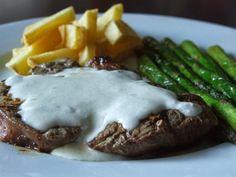 A receita perfeita para amantes de queijos com sabores fortes. Os espargos verdes salteados ajudam a equilibrar os sabores do prato