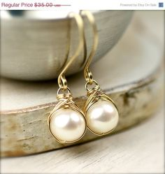 Wire wrapped pearl earrings diy - would go really well with the ring I`ve just pinned... yup, pears and wire are on my shopping list!