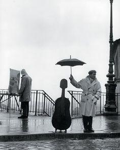 Músico bajo la lluvia. Robert Doisneau
