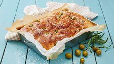 Focaccia er den type brød som passer til alt, enten det er som tilbehør til en pastarett, til grilling eller ved siden av en god salat. Denne oppskriften på... Chef Recipes, Scones, Camembert Cheese, Tapas, Dairy, Food And Drink, Grilling, Snacks, Baking