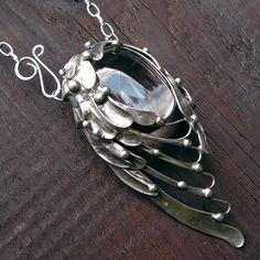 Andělské křídlo Výrazný, nepřehlédnutelný šperk, ve tvaru andělského křídla. Vše je vyrobeno ručně, z kovu. Mezi perutěmi a peříčky se vyjímá nádherný, kvalitní, naprosto čirý křišťál. Celé křídlo je vyleštěno do starostříbrné barvy. Cínovaný šperk je vyrobený technikou tiffany, bez použití bižuterních komponentů. Náhrdelník je zhotoven z ...