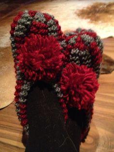 Neuloosi vaivaa neljässä sukupolvessa. Isomummi 96v, mummi 68v, minä 45v ja minun lapset 20, 18, 14 ja 10v. Puikot viuhuu! :) Eilat, Knitting Accessories, Knitting Socks, 4th Of July Wreath, Mittens, Slippers, Knit Crochet, Winter Hats, Clovers