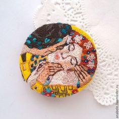 """Броши ручной работы. Ярмарка Мастеров - ручная работа. Купить Брошь-кулон вышитая круглая """"Поцелуй"""" по мотивам картины Г. Климта. Handmade."""