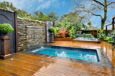 Awesome Backyard Plunge Pool For Great Spending Time. Rectangular Backyard Plunge Pool Come With Wooden Flooring And Stacked Stone Wall Plus Modern Outdoor Swimming Pool Small Inground Pool, Small Swimming Pools, Small Backyard Pools, Small Pools, Swimming Pools Backyard, Swimming Pool Designs, Pool Landscaping, Nice Backyard, Small Spa