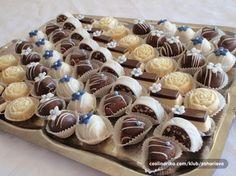 sitni kolaci Cake Recipes, Dessert Recipes, Middle Eastern Desserts, Kolaci I Torte, Croatian Recipes, Food Decoration, Mini Desserts, Food Gifts, Mini Cakes
