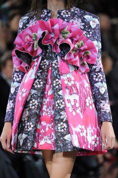 Mary Katrantzou at London Fashion Week Spring 2014 - Details Runway Photos Korean Traditional Dress, Traditional Dresses, High Fashion, Womens Fashion, London Fashion, Couture Looks, Fashion Forecasting, London Spring, Fashion Details