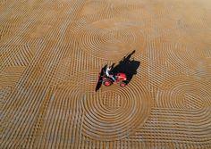 Gaziantep bulguru, kurutma işlemi sırasında traktörlere takılan özel aletlerle belirli aralıklarla karıştırılırken ortaya ilginç desenler çıkıyor.