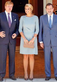 Fashion-Looks: Im schlichten, eisblauen Kleid bringt Máxima modisch eine kühle Brise ins warme Madrid.