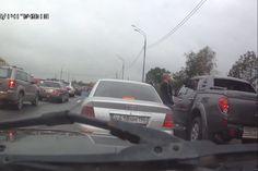 Na Rússia, cachorro poe fim ao que poderia se tornar uma briga de trânsito