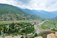 Bhutan Rundreisen - Jetzt Urlaub buchen! |Tai Pan Bhutan, Small Towns, City Photo, Golf Courses, Dolores Park, Travel, Cities, Prayer Flags, Cultural Diversity