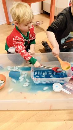 This sensory bin for toddlers with ice and water is quick and easy to set up and will keep your toddler learning and entertained! An easy indoor or outdoor activity for 1 year olds, 2 year olds and preschool kids! Activities For 1 Year Olds, Babysitting Activities, Sensory Activities Toddlers, Montessori Activities, Infant Activities, Outdoor Activities For Preschoolers, Outdoor Preschool Activities, Toddler Sensory Bins, Preschool Projects