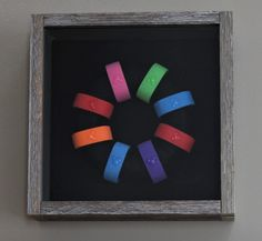 DIY MagicBand Wall Art: For this look you'll need a shadowbox frame, a Styrofoam ring, black adhesive felt and black embroidery thread. Old Disney, Disney Diy, Disney Crafts, Disney Mickey, Disney Stuff, Mickey Mouse, Disney Souvenirs, Disney Vacations, Disney Trips