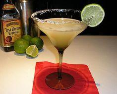 Marguerita: Receitinha básica Passe limão na borda da taça e passe-a no sal. Misture o suco de 1 limão 6 doses de tequila prata 4 doses de Cointreau (licor de laranja) Ou, para medidas mais exatas achei a seguinte receita, batida em coqueteleira com gelo 40 ml de tequila 20 ml de Cointreau 2 colheres de sopa de suco de limão