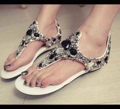 Completa tu look con unas sandalias decoradas que te mantengan cómoda mientras luces única