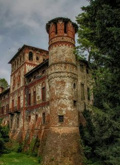 Man's Impact on the Environment Piovera Castle Alessandria, Piemonte, Italy Castle Ruins, Medieval Castle, Beautiful Castles, Beautiful Buildings, Places Around The World, Around The Worlds, Castle In The Sky, Kirchen, Abandoned Places
