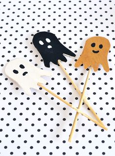 Halloween ghost cake toppers.