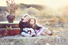 everything about this is gorgeous. {For my sweet sha-be-be's} Sister Poses, Sibling Poses, Kid Poses, Siblings, Camera Photography, Outdoor Photography, Love Photography, Children Photography, Family Picture Poses