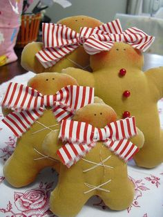 and girls - New Kitchen to embelish with all the little gingerbread men this Christmas. Christmas Ornaments To Make, Christmas Love, Christmas Projects, All Things Christmas, Beautiful Christmas, Holiday Crafts, Christmas Holidays, Merry Christmas, Christmas Decorations