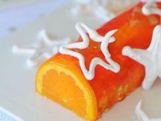 La bûche de Noël à l'orange : découvrez les recettes de cuisine de Femme Actuelle Le MAG Something Sweet, Caprese Salad, Xmas, Food, Omelette Norvégienne, Damier, Nouvel An, Biscuits, Christmas Log Cake