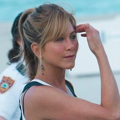 I watched marley & me tonight and I always think I'm going to be able not to cry but that's a lie I cry a waterfall everytime [ ] Estilo Jennifer Aniston, Jennifer Aniston Pictures, Jennifer Aniston Style, Brad Pitt, Hairstyles With Bangs, Pretty Hairstyles, Rachel Friends Hair, Jeniffer Aniston, John Aniston