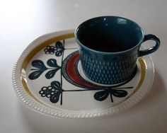 My latest Stavangerflint additions: I love the colour combo in general, and the asymetric design on the big plate in particular. Second Hand Stores, Stavanger, Scandinavian Design, Vintage Kitchen, Tea Cups, Goodies, Food And Drink, Plates, Ceramics