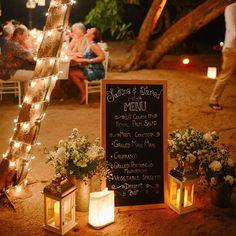 Achei muito fofa essa idéia de colocar o menu do casamento escrito na lousa.