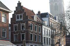 Mooie trapgevel met de dom op de achtergrond   Utrecht