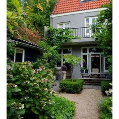 """""""Älskar allt i denna trädgården (ligger i Nederländerna ).Växterna, grusgången, färgen på huset..ja allt! I love all about this garden, the plants, the…"""""""