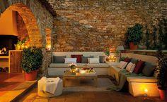 Chill out  Mesa de centro de madera de Habitat. Sofás con colchonetas de Tapicería Caponata.
