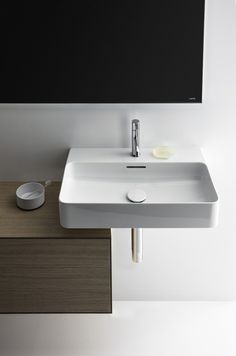 Patented by Swiss manufacturer Laufen, SaphirKeramik is a super-strong ceramic material that can be shaped into impossibly thin geometric forms (think porcelain without the fragility). Laufen brought Munich-based designer Konstantin Grcic on board. Black Bathroom Floor, Bathroom Flooring, Bathroom Furniture, Baths Interior, Bathroom Interior, Bathroom Trends, Bathroom Sets, Laufen Bathroom, Townhouse