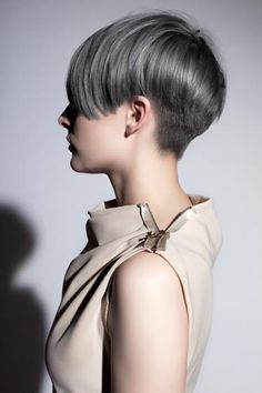 After the sea punk hair trend, the silver hair is the new thing. It can be worn on a bob, a fishtail braid, on straight hair or even on a glamorous look. Short Grey Hair, Short Hair Cuts, Short Pixie, Love Hair, Great Hair, Hair Color 2017, Corte Y Color, Hair 2018, Cut And Color