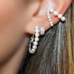 Mix de brincos e piercings falsos. Argola de pérolas shell, argolinha segundo furo com tripla cravação e piercings falsos em pérola shell.