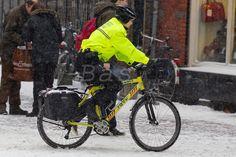 Ambulance bike | Bas de Meijer | Een medewerkster van de RAVU fietst op een ambulancefiets in de binnenstad van Utrecht. De fiets wordt vooral ingezet tijdens drukte, om in geval van nood de eerste hulp te kunnen bieden. Met de fiets is de RAVU dan het snelst ter plekke. An employee of the ambulance service Ravu is cycling on a ambulance bike. The bicycle is used at busy days to give first aid as soon as possible.