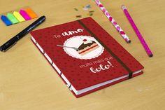 Sketchbook da Série Valentine's, ótimo para presentear seu(a) namorado(a)! Feito todo de maneira artesanal, possui costura exposta e fechamento em elástico. Perfeito para desenho, anotações e até mesmo para fotos!    Deixe o caderno do seu jeito, escolhendo a cor do recheio do bolo e do fundo, do...
