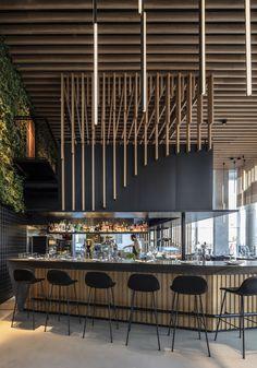 Restaurant erbaut von Kimmel Eshkolot Architects in Te . Bar Interior Design, Restaurant Interior Design, Cafe Design, Design Design, Design Ideas, Open Kitchen Restaurant, Deco Restaurant, Online Restaurant, Counter Design