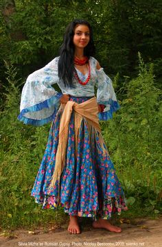 gypsy style outfit. I really like her outfit.