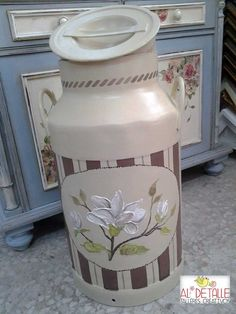 Metal Milk Jug, Milk Can Decor, Painted Milk Cans, Decorative Painting Projects, Vintage Milk Can, Old Milk Cans, Pot Mason, Craft Projects, Projects To Try