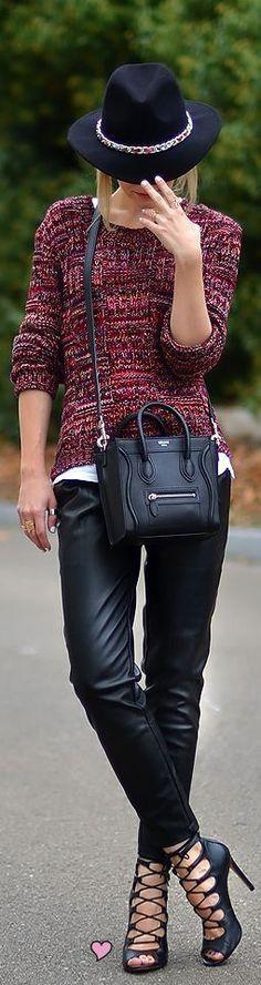 look lindo com calça de couro, tricot e bolsa Celine