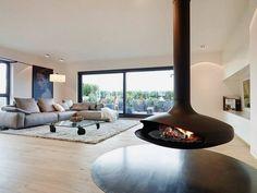 meubles blanc et bois clair, plancher assorti et cheminée centrale suspendue