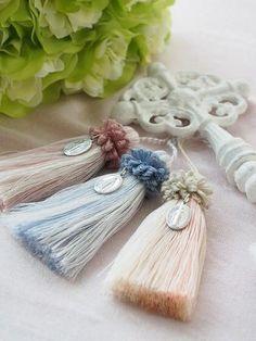 タッセル Rope Crafts, Diy And Crafts, Diy Tassel, Tassels, Glands, Knitting Stiches, Bead Sewing, Passementerie, Silk Ribbon Embroidery