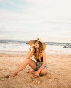 Beach Poses - Fushion News Cute Beach Pictures, Poses For Pictures, Creative Beach Pictures, How To Pose For Pictures Like A Model, Beach Photography Poses, Summer Photography, Photo Summer, Summer Pictures, Instagram Beach